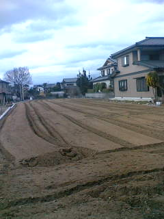 庭の畑をトラクターで耕うんしました。