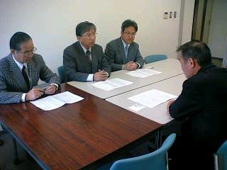 日本郵政公社の集配局廃止計画に反対し中止を求めるよう県に要請しました。