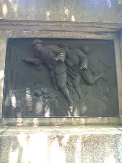 靖国神社には、いまだに爆弾三銃士のレリーフがあります。