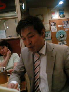 歌声喫茶ともしびで「心さわぐ青春の歌」を歌う谷川比例候補。