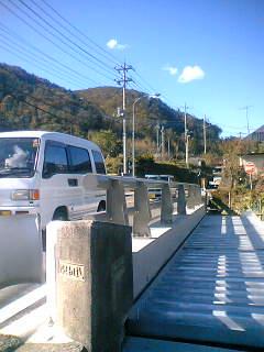 以前掲載した唐沢橋の工事が進んでいます。