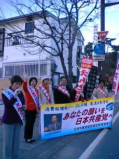 武田神社前で新年の街頭宣伝しました。