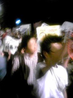 首相官邸前の原発再稼動反対の抗議行動に参加しています