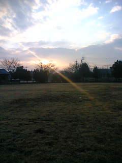 休みに散歩する公園の夕暮れ
