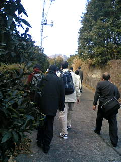 党大会会場までの急な坂道を登る人